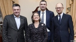 US Asst. Sec. of State Nuland carrying on the US govt.'s time-honored tradition of aligning itself with fundamentalist nutjobs (Nazi leader Oleh Tyahnybok on the left, pusillanimous puppet Yatz on the right)